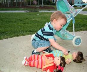 menino-brincar-com-bonecas